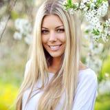 Portrait de jeune belle femme, sur le Na vert d'été de fond Image stock