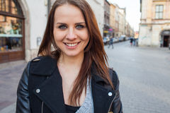 Portrait de jeune belle femme Type urbain image stock