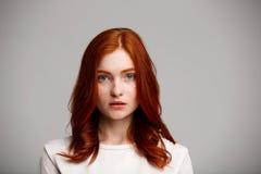 Portrait de jeune belle fille de gingembre au-dessus de fond gris Photo libre de droits