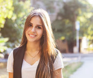 Portrait de jeune belle fille de l'adolescence de sourire Images libres de droits