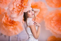 Portrait de jeune belle fille en fleurs de papier Photo stock