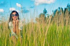 Portrait de jeune belle fille hispanique sur un champ d'herbe images stock