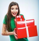 Portrait de jeune boîte-cadeau de sourire heureux de rouge de prise de femme Isolat Photo libre de droits