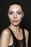 Portrait de jeune brune attirante Photographie stock