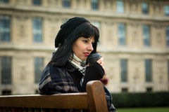 Portrait de jeune brune attrayante des vacances en le franc de Paris Photo libre de droits