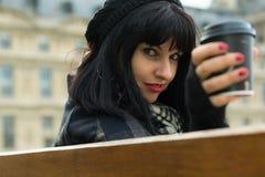 Portrait de jeune brune attrayante des vacances en le franc de Paris image stock
