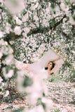 Portrait de jeune brune dans le jardin fleuri en Th photographie stock