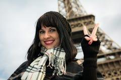 Portrait de jeune brune de sourire des vacances dans des Frances de Paris Photos libres de droits