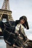 Portrait de jeune brune de sourire des vacances dans des Frances de Paris Image stock