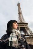 Portrait de jeune brune de sourire des vacances dans des Frances de Paris Photographie stock