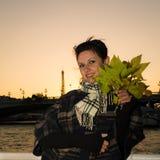 Portrait de jeune brune de sourire des vacances dans des Frances de Paris Image libre de droits