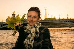 Portrait de jeune brune de sourire des vacances dans des Frances de Paris Photographie stock libre de droits