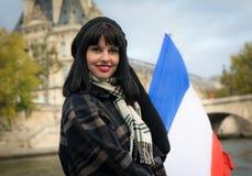 Portrait de jeune brune de sourire des vacances dans les Frances W de Paris Photo stock