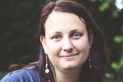 Portrait de jeune brune heureuse images libres de droits