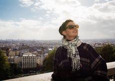 Portrait de jeune brune heureuse des vacances dans des Frances de Paris Photographie stock