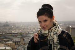 Portrait de jeune brune heureuse des vacances dans des Frances de Paris Photos stock