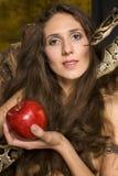 Portrait de jeune dame de beauté avec le serpent et la pomme rouge image libre de droits
