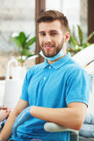 Portrait de jeune dentinst heureux au bureau de dentiste image stock
