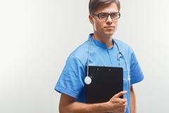Portrait de jeune docteur heureux à la clinique, regardant l'appareil-photo Images stock