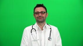 Portrait de jeune docteur masculin de sourire banque de vidéos