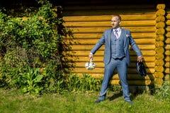 Portrait de jeune et attirant homme dans le costume bleu gris Photo stock