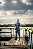 Portrait de jeune et attirant homme dans le costume bleu gris Images stock
