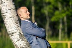 Portrait de jeune et attirant homme dans le costume bleu gris Images libres de droits