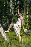Portrait de jeune et attirante femme dans la robe blanche Photographie stock libre de droits