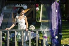 Portrait de jeune et attirante femme dans la robe blanche Photo libre de droits