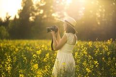 Portrait de jeune et attirante femme dans la robe blanche Image libre de droits