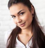 Portrait de jeune et belle fille au-dessus du fond blanc Image stock