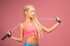 Portrait de jeune et en bonne santé blonde avec la corde à sauter photo libre de droits