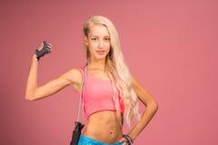 Portrait de jeune et en bonne santé blonde avec la corde à sauter photo stock