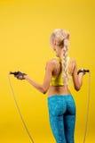 Portrait de jeune et en bonne santé blonde avec la corde à sauter photographie stock