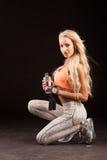 Portrait de jeune et en bonne santé blonde avec la corde à sauter et le bott photographie stock