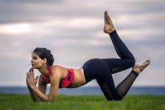 Portrait de jeune et sportive femme dans les vêtements de sport faisant le yoga dehors Photo libre de droits