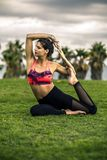Portrait de jeune et sportive femme dans les vêtements de sport faisant le yoga dehors Images stock
