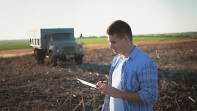 Portrait de jeune exploitant agricole avec la position de tablette dans le domaine Agriculteurs de concept, nourriture, bio produ clips vidéos