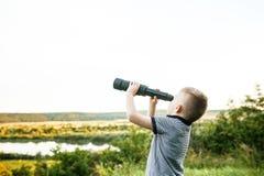 Portrait de jeune explorateur de nature dans le domaine de blé photographie stock libre de droits