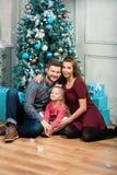 Portrait de jeune famille attirante de sourire Photo libre de droits