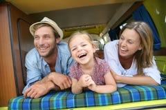Portrait de jeune famille dans le camping-car Photo libre de droits