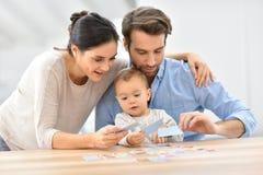 Portrait de jeune famille jouant des cartes Photo libre de droits