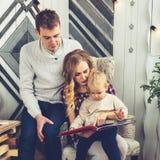 Portrait de jeune famille : maman, papa et petit fils Tous s photos stock