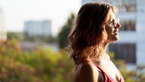 Portrait de jeune femelle en verres et avec les cheveux bouclés images stock