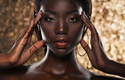 Portrait de jeune femme africaine sensuelle sur le fond d'or images libres de droits