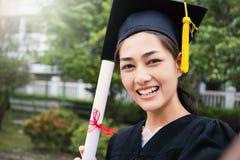 Portrait de jeune femme asiatique dehors son jour gradué Photographie stock libre de droits