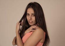 Portrait de jeune femme attirante avec le visage de sourire et les beaux longs cheveux noirs Soin de beaut? images stock