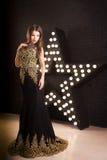 Portrait de jeune femme attirante, mode Fond d'étoile image stock