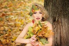 Portrait de jeune femme Automne, robe avec des feuilles Stationnement image libre de droits