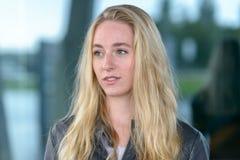 Portrait de jeune femme aux cheveux longs blonde image stock